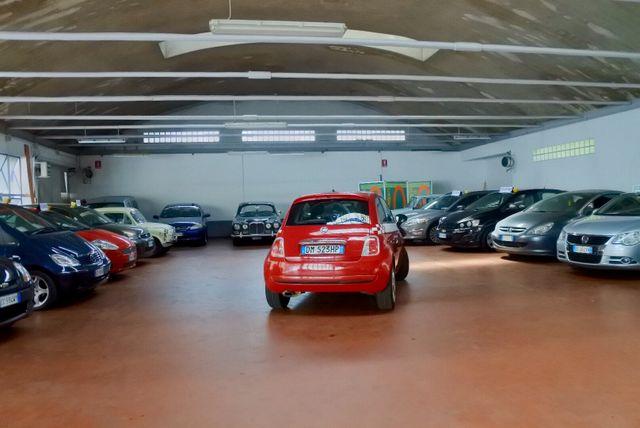 Salone con macchine parcheggiate, parcheggio lambrate Milano, rivendita usato