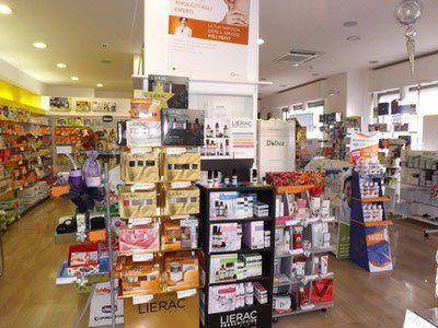 prodotti in esposizione e cartelloni che li sponsorizzano all'interno della farmacia