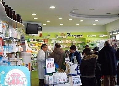 interno della farmacia con clienti e operatori