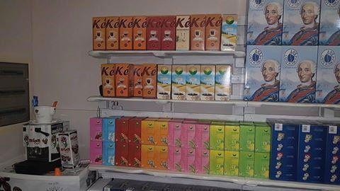 esposizione di cialde del caffe' in scatole di diversi colori esposte su delle mensole a Marcianise-Main Caffè