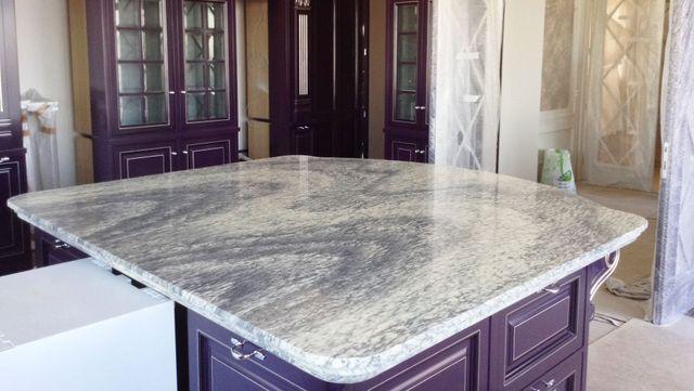 piano in marmo con mobile viola in una cucina