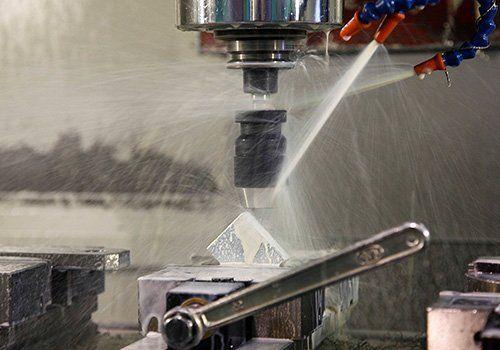 Dei macchinari nella fase di lavorazione in metallo