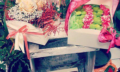 due bouquet consegnati dentro un pacchetto regalo