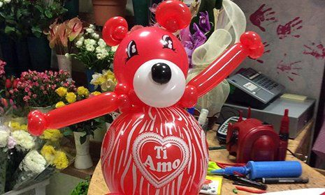 un palloncino rosso a forma di orsacchiotto