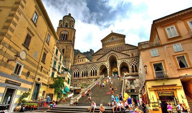 Panorama della chiesa con la scala lunga con le persone vestiti estivi
