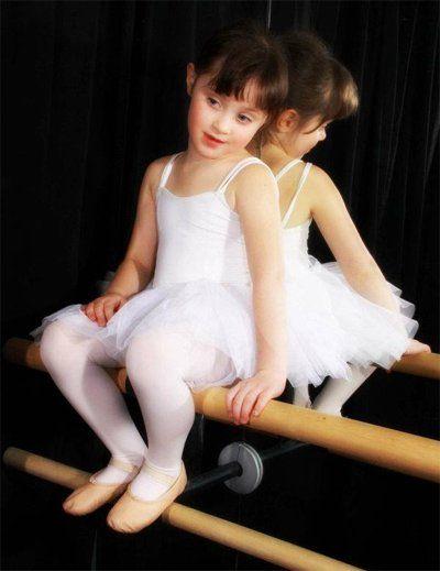 bambina seduta su un asta di danza classica