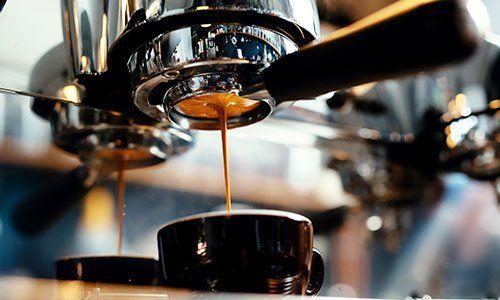 macchina del caffè da bar che riempie una tazzina