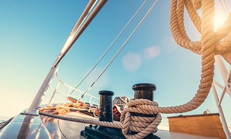 Vista di una barca a vela