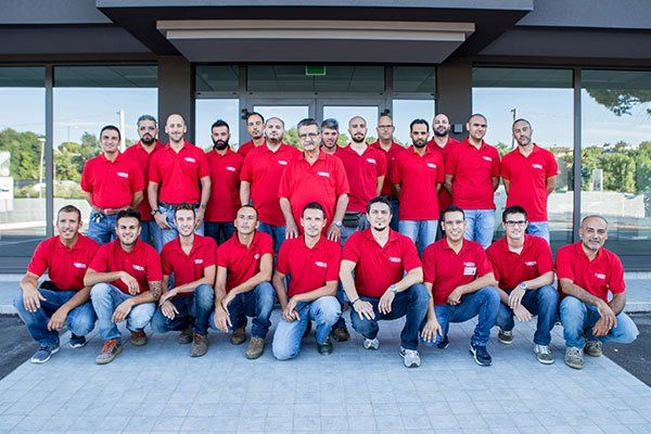 Gruppo di persone con maglietta rossa