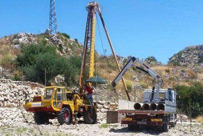 Macchine al lavoro della palificazione a Riesi