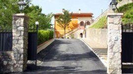 cancello d'ingresso alla villa di riposo per anziani