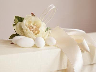 dei fiori su un tavolo