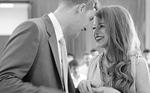 una coppia che sorride