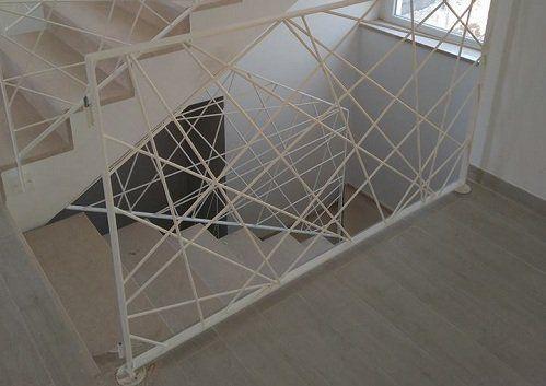 delle scale e parapetti moderni in ferro di color bianco