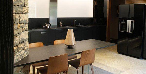un tavolo con delle sedie in legno