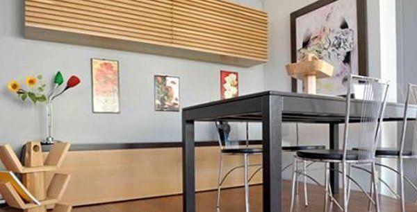 un tavolo di color nero con delle sedie in metallo