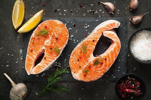 Due fette di salmone ,sale ,aglio,pepe e limone
