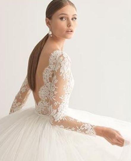 6f48cd6ec503 modella con abito da sposa con schiena scollata