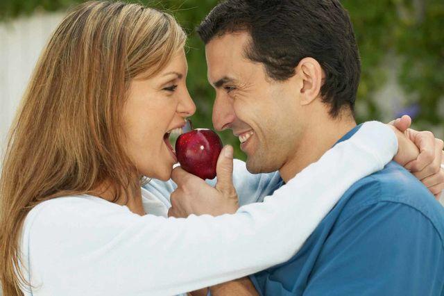 couple sharing apple