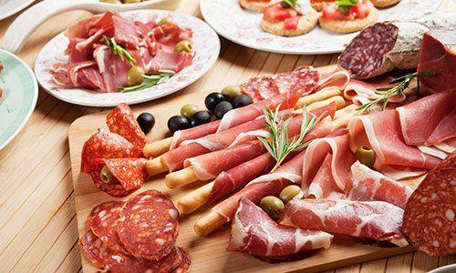 prosciutto italiano, carne di maiale sul tagliere