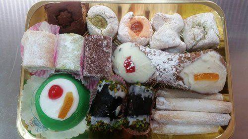 Diverse varietà di dolci confezionati in una scatola