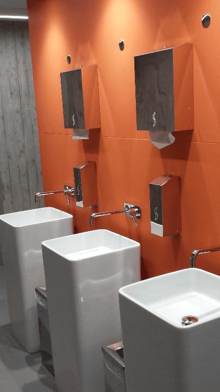bagno arancione in marmo, stile contemporaneo