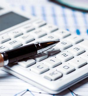 Primo piano di una penna su una calcolatrice