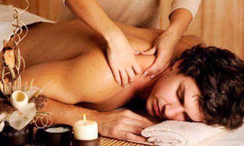 una massaggiatrice che massaggia la schiena di un ragazzo