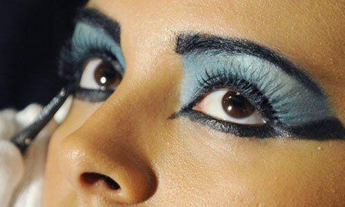 una ragazza con un ombretto azzurro e un eyeliner