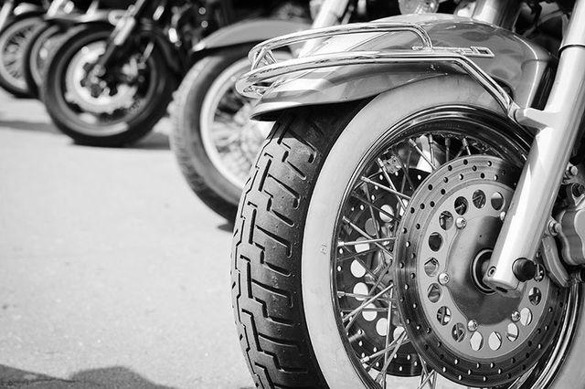 Ruota anteriore di una moto con i dischi dei freni