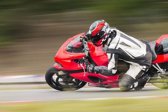 Moto di corse rossa