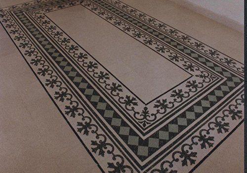 un pavimento con dei disegni di quello verde e nero