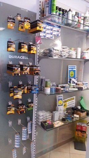delle pile Duracell e accanto altri prodotti elettrici sulle mensole