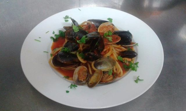 un piatto di spaghetti vingole e cozze