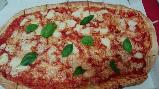 una pizza margherita grande
