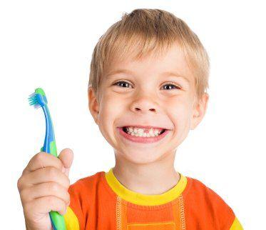 una donna che si sottopone a un lavoro di sbiancatura dentale