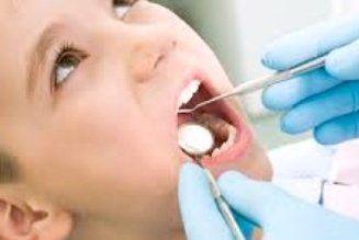 Dentista Esaminando denti del paziente Mano Del Bambino In Clinica