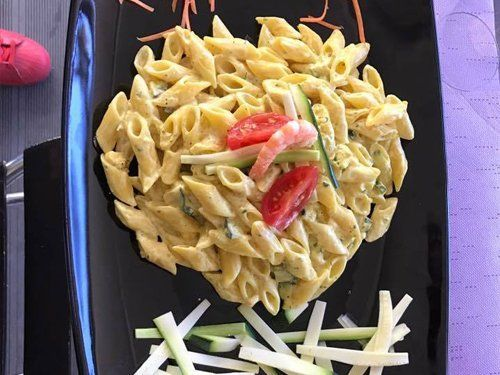penne con salsa bianca zucchine  pomodorini e gamberi