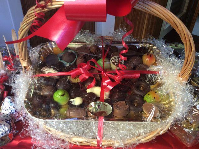 Confezione regalo con cesto di vimini e cioccolatini artigianali
