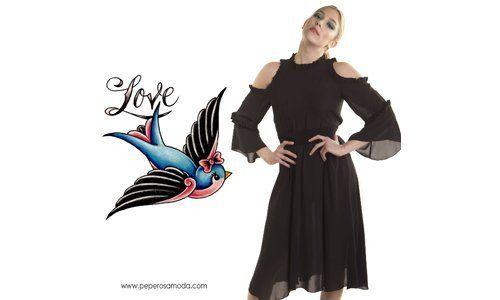 una donna con un abito nero e accanto un disegno di un uccellino e la scritta Love
