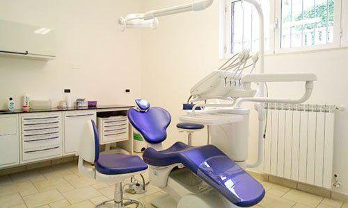 Attrezzature di una stanza dentale moderna