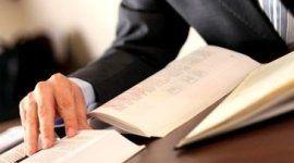 uomo vestito in abito formale sfoglia dei libri