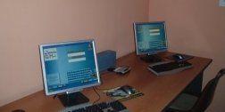 due computer sulla scrivania