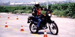 uomo su moto tra birilli per esame di guida