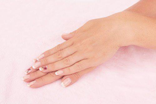 Due mani dopo la ricostruzione unghie