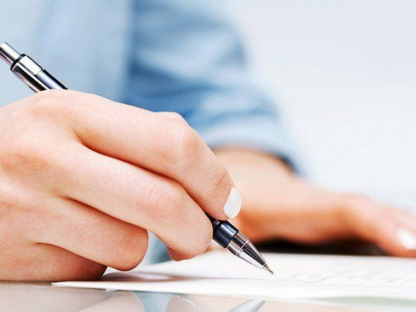 Una mano con una penna in mano