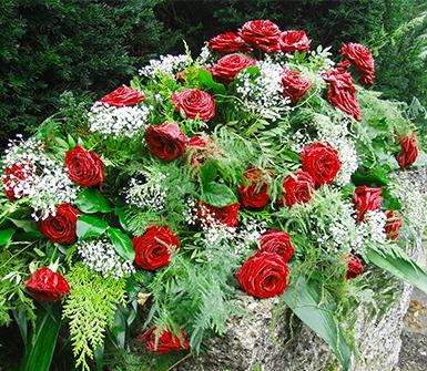 composizione di rose, corone di fiori, addobbi funebri