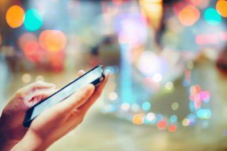 smartphone con sfondo di una città