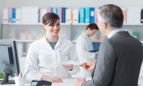 un uomo che parla con una farmacista