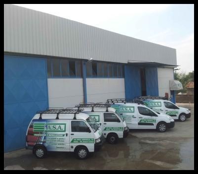 furgoni parcheggiati fuori dallo stabilimento